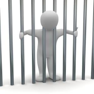 Wenn eine Person wegen einer nichtbezahlten Geldbuße in Erzwingungshaft muss, gelten andere Bedingungen als bei einer tatsächlichen Freiheitsstrafe