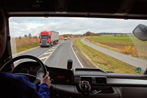 Zulässige Geschwindigkeit für LKW: Auf der Landstraße spielt das Gewicht eine Rolle.