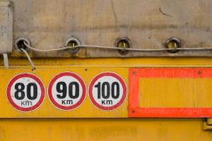 Die erlaubte Geschwindigkeit für Lkw kann variieren.