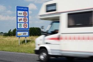 Welche Geschwindigkeit ein Wohnmobil in Deutschland einhalten muss, ist von dessen Gewicht abhängig.