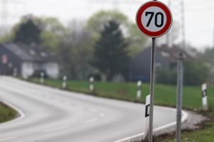 Die Geschwindigkeitsbegrenzung außerhalb geschlossener Ortschaften kann je nach Kfz variieren.