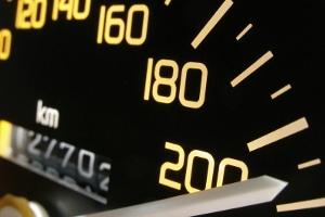 Was geschieht, wenn Sie die Geschwindigkeitsbegrenzung außerorts in der Probezeit ignorieren?