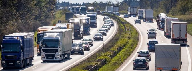 Welche Geschwindigkeitsbegrenzung gilt für Bus, Lkw, Pkw und Co. auf deutschen Verkehrswegen?