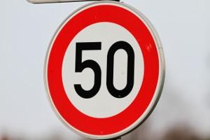 Allgemein beträgt die Geschwindigkeitsbegrenzung innerhalb geschlossener Ortschaften 50 km/h.