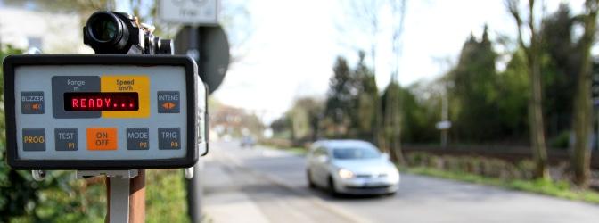 Die Geschwindigkeitskontrolle wird in der Regel durch Blitzer und Radarfallen durchgeführt.