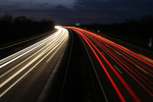 Achten Sie auf die Verkehrszeichen, sonst kommt es zur Geschwindigkeitsüberschreitung auf der Autobahn.