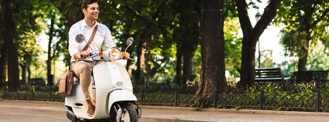 In Griechenland ist der Führerschein für den Roller über 49 ccm verpflichtend.
