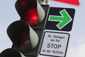 Ist ein grüner Blechpfeil vorhanden, muss vor dem Abbiegen an der Haltelinie gehalten werden.