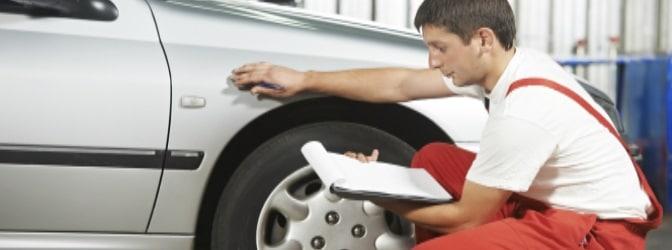 Ein Gutachter schätzt die Schäden nach einem Unfall