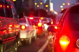 Haftung beim Überholen auf der Gegenfahrbahn: Auch Fahrer auf der Vorfahrtstraße kann eine Mitschuld treffen.