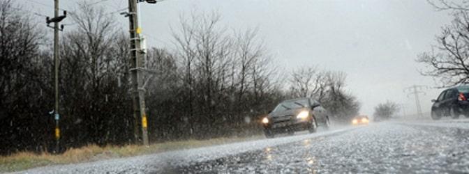 Geraten Sie in einen Sturm mit Hagel, sollten Sie das Auto schnell in Sicherheit bringen – sonst droht ein Hagelschaden.