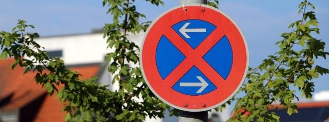 Wer für den Umzug eine Halteverbotszone einrichten will, braucht dafür eine behördliche Genehmigung.