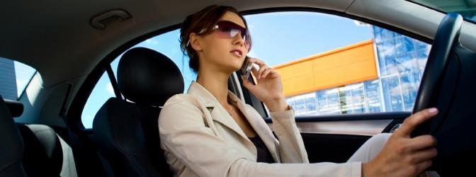 Schnell kann die Ablenkung durch das Handy am Steuer einen Unfall verursachen.