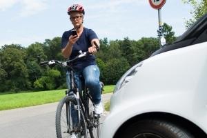 Wer sein Handy auf dem Fahrrad bedient, gefährdet sich selbst und andere.