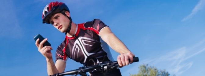 Wenn Sie mit Ihrem Handy auf dem Fahrrad während der Fahrt hantieren, droht Ihnen ein Bußgeldbescheid!