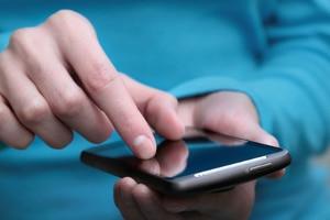 Das Handy in der Hand ist am Steuer während der Fahrt tabu, sofern Sie dieses auch effektiv nutzen.