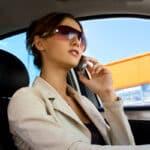 Hielten Sie beim Autofahren das Handy in der Hand, können ein Bußgeld und ein Punkt in Flensburg drohen.