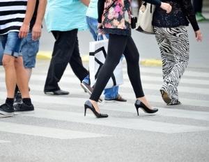 Auch Fußgänger müssen sich an die Handzeichen der Polizei halten.