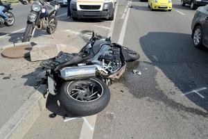 Helm abnehmen oder nicht? Bei einem Unfall mit einem Motorrad stellen sich einige Fahrer diese Frage.
