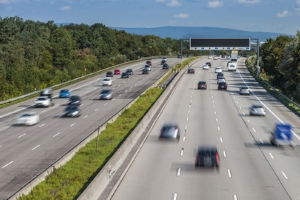 Drohende Hitzeschäden auf Autobahnen machen vorübergehend neue Tempolimits notwendig.