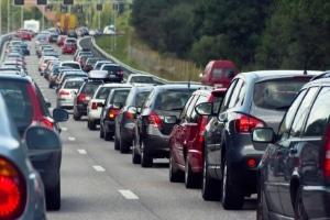 Immer wieder kommt es zu Staus, weil eine Hochzeitsgesellschaft den Verkehr blockiert.