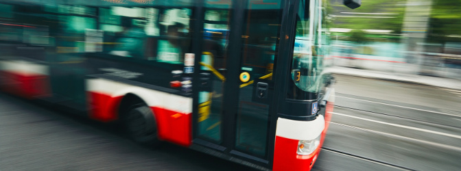 Mit welcher Höchstgeschwindigkeit darf ein Bus unterwegs sein? Es gelten verschiedene Regeln, wenn unterschiedliche Bedingungen erfüllt sind.
