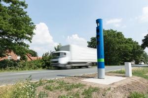 Die generelle Höchstgeschwindigkeit für Lkw auf der Landstraße beträgt 80 km/h.