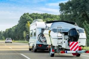 Die Höchstgeschwindigkeit für ein Wohnmobil über 3,5 Tonnen mit Anhänger beträgt außerorts 60 km/h.
