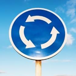 Irische Verkehrsschilder sind in ihrer Bedeutung in der Regel leicht zu erkennen.