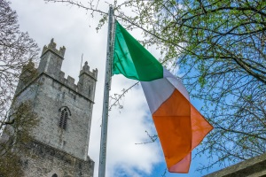 Irische Verkehrszeichen sind in der Regel zweisprachig gehalten.