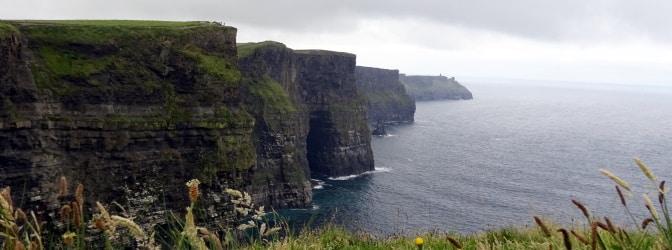 Mit dem Auto zu den Cliffs of Moher in Irland: Der Linksverkehr sollte Sie dabei nicht abschrecken!