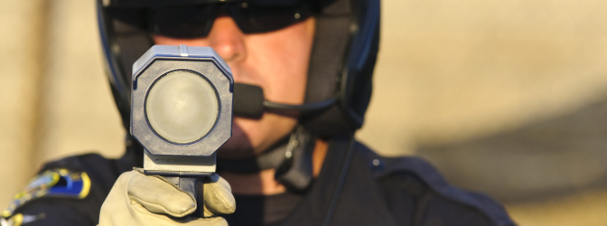 Die von Jenoptik entwickelte Laserpistole TraffiPatrol XR kommt bei der mobilen Geschwindigkeitsmessung zum Einsatz.