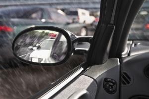 Selbst wenn kein Schaden sichtbar ist: Es sollte durch eine angemessene Wartezeit der Fahrerflucht vorgebeugt werden.