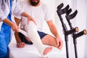 Es ist umstritten, ob sich eine zusätzliche Kfz-Unfallversicherung lohnt.