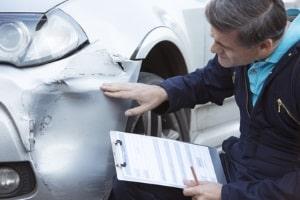 Kfz-Versicherung: Das Sammeln von Beweisen, der Unfallbericht und die Meldung bei der Versicherung gehören zur Schadensregulierung.