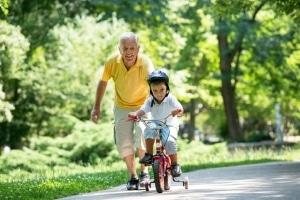 Eltern und Großeltern stellen für Kinder bei der Verkehrserziehung Vorbilder dar.
