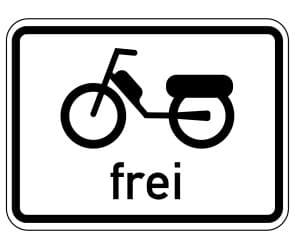Das Zusatzeichen erlaubt das Fahren von Mofas (Kleinkraftrad), auch mit Anhänger.