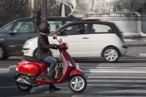 Ein Kleinkraftrad benötigt keinen TÜV. Eine Betriebserlaubnis muss aber vorliegen.