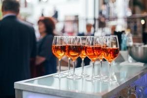 Kontrolliertes Trinken bedeutet, bewusst mit Alkohol umzugehen und das eigene Trinkverhalten selbst zu reflektieren