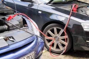 """Leuchtet die Kontrollleuchte der Lichtmaschine oder """"Autobatterie-Kontrollleuchte"""" auf, lässt sich das Auto oft nicht mehr starten."""