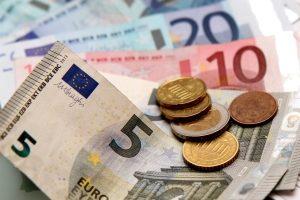 Die Kosten für eine Umweltplakette variieren je nach Anbieter. Die Zulassungsbehörden verlangen in der Regel 5 Euro.