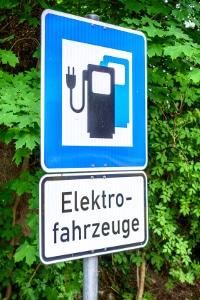 Kostenlos parken? Mit einem Elektroauto ist das häufig möglich.