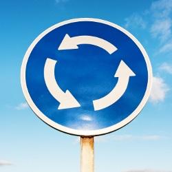 In Deutschland wird ein Kreisverkehr durch dieses Schild angekündigt.