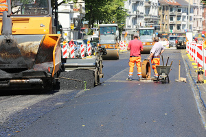 In Hanau soll ein künstliches Schlagloch gegen Raser in die Straße gebaut werden.