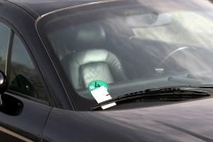 Knöllchen auf dem Kurzzeitparkplatz erhalten? Ein Einspruch gegen den Bußgeldbescheid könnte sich u. U. lohnen.