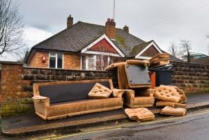 Ladung verloren: Mitunter landen komplette Möbel auf der Straße.
