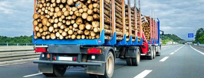 Wenn Ladung verloren geht, kommt es häufig zum Unfall. Vor allem wenn beispielsweise LKW mit einem schweren Anhänger beteiligt sind.