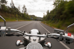 Auf der Landstraße ist eine Geschwindigkeit vorgeschrieben, die vom Fahrzeug abhängig ist.