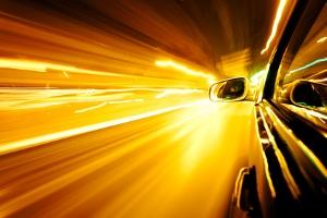 Außerorts auf Autobahn, Kraftfahrstraße oder Landstraße ist die Geschwindigkeitsbegrenzung von Beschilderung und Fahrzeug abhängig.