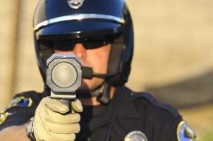 Ein Lasermessgerät kann durch den Polizisten genau ausgerichtet werden.
